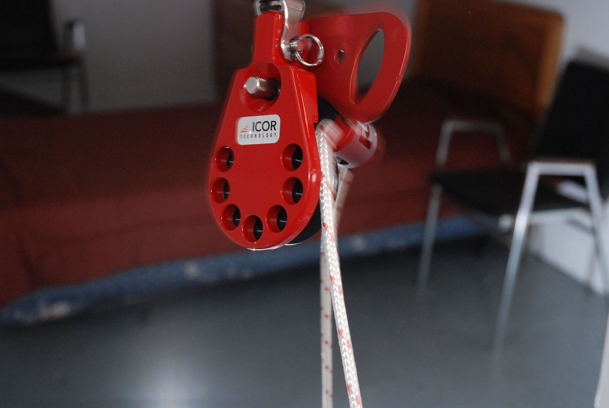 hook-and-line-swivel-release-pulley-001